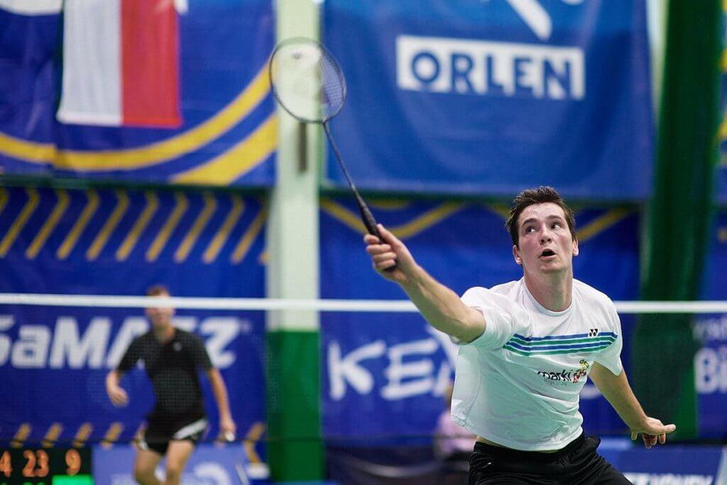 pan grający w badmintona