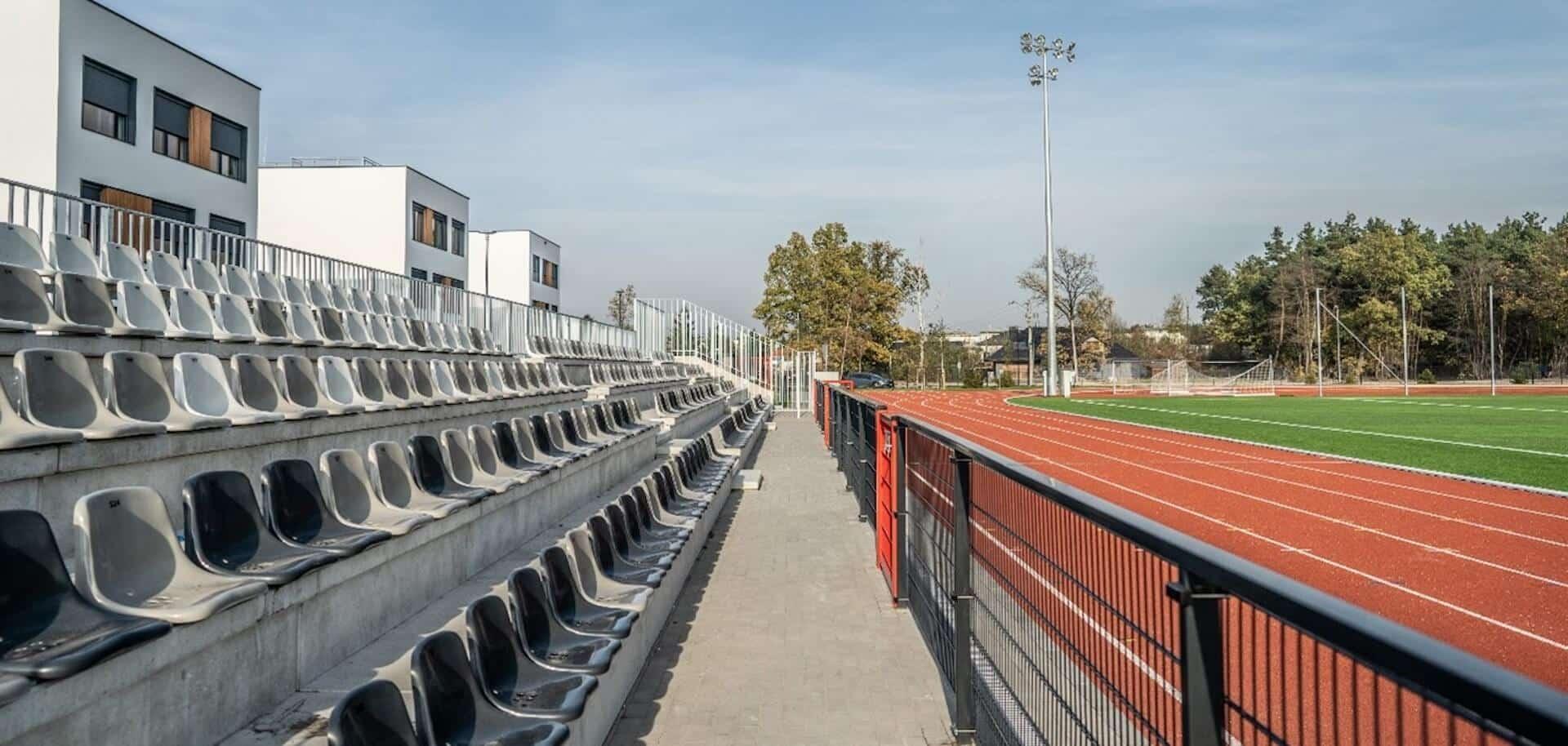 Widok na trybuny stadionu piłkarskiego za budynkiem A