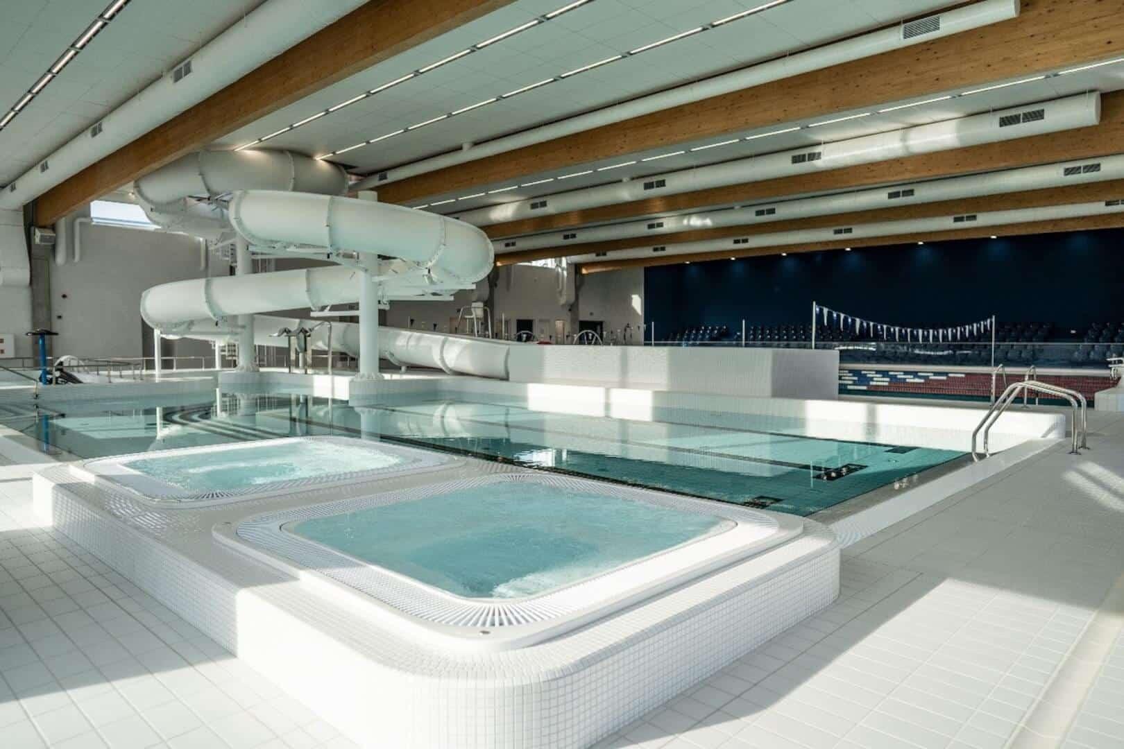 Zdjęcie z widokiem na jacuzzi, basen rekreacyjny ze zjeżdżalnią i brodzik dla dzieci