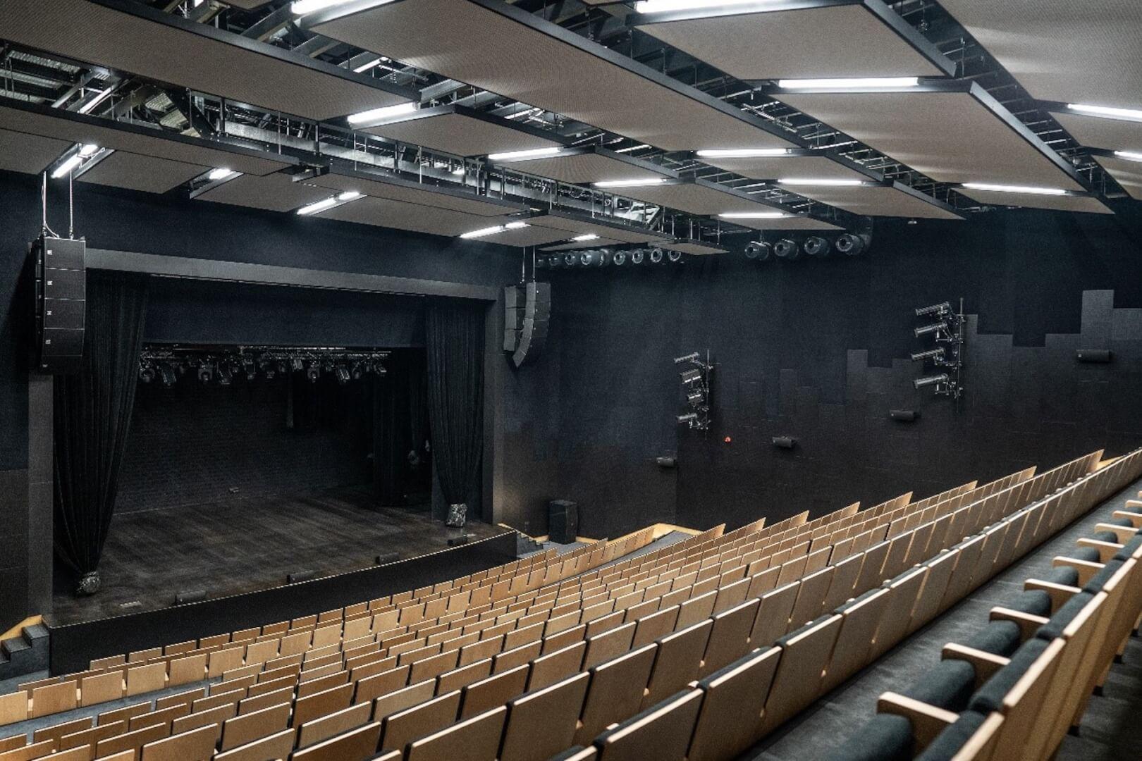 Na zdjęciu widok od strony widowni na scenę sali widowiskowej