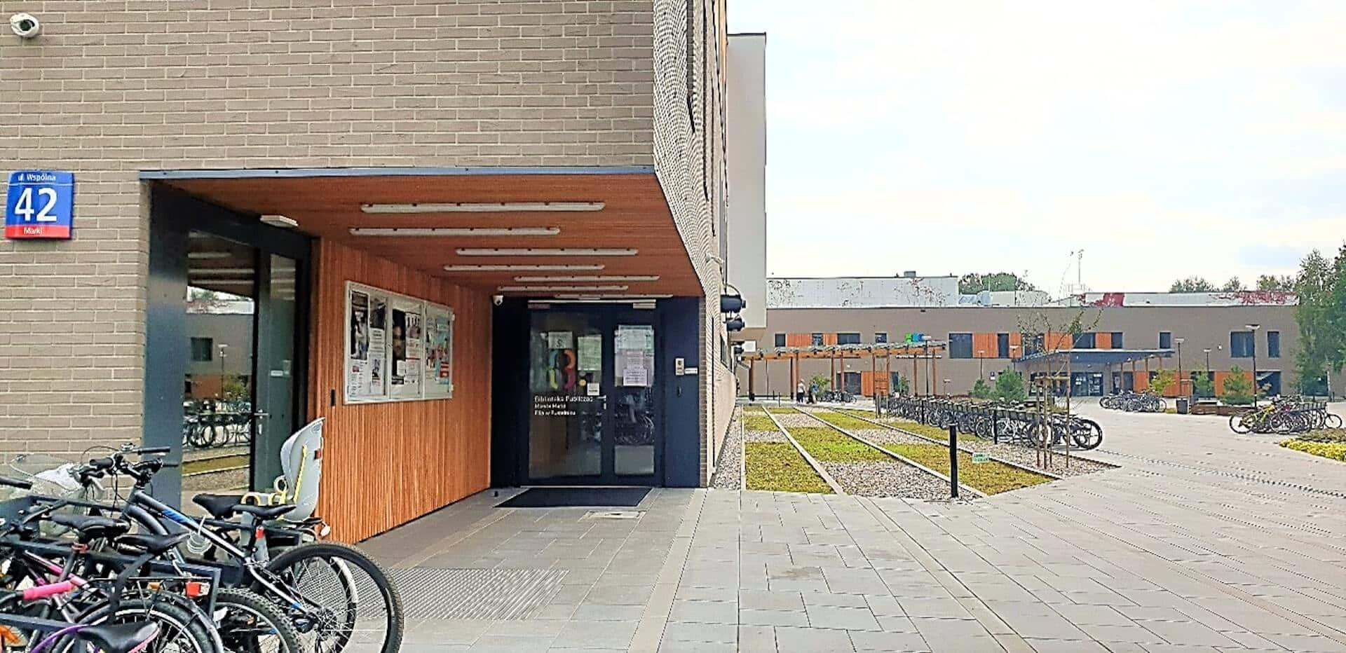 wejście do Biblioteki Publicznej