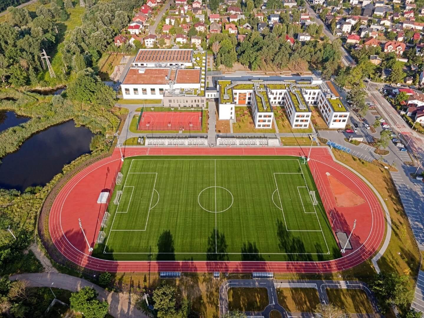 Widok z góry na Mareckie Centrum Edukacyjno-Rekreacyjne, parking, stadion piłkarski