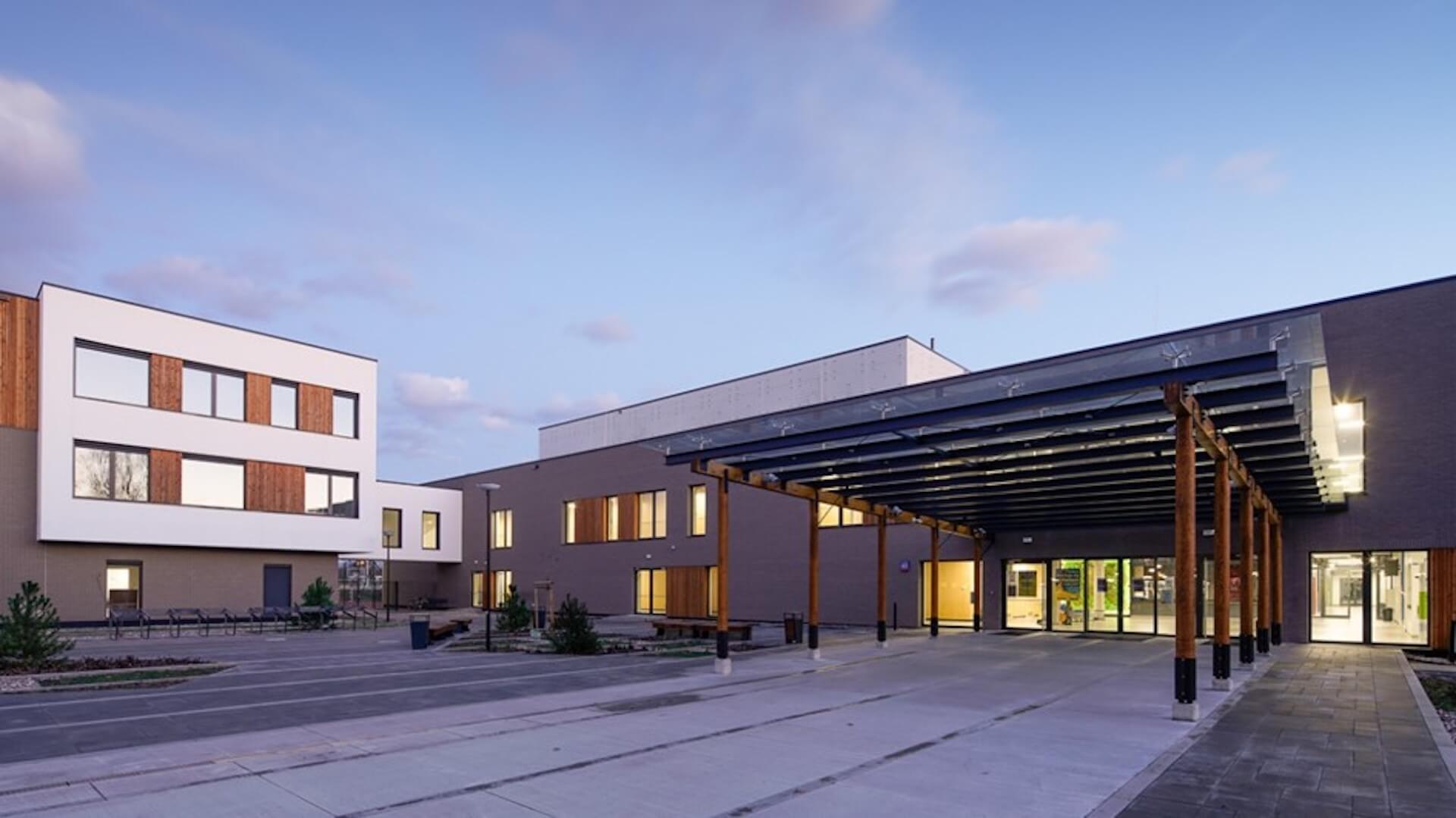 Budynek B Mareckiego Centrum Edukacyjno-Rekreacyjnego widok od ulicy Wspólnej i wejście główne