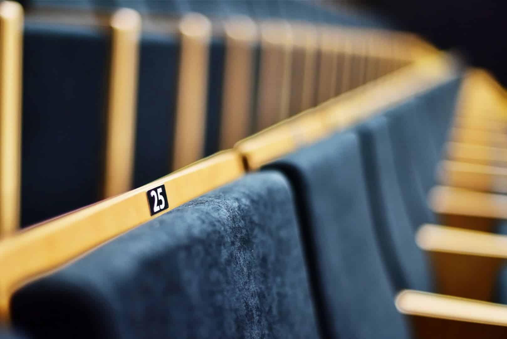 fotele na sali kinowej