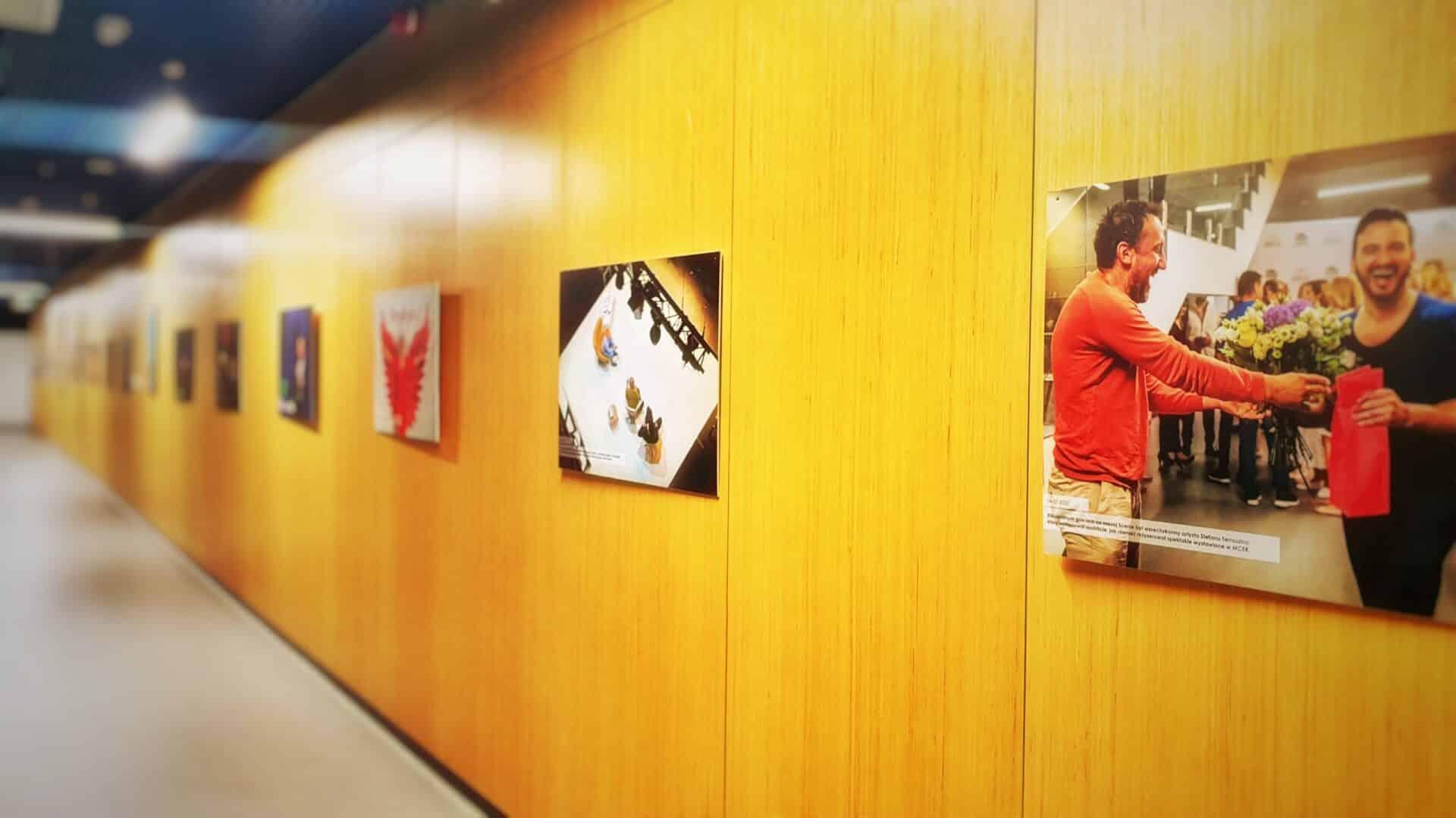 Galeria zdjęć na korytarzach MCER
